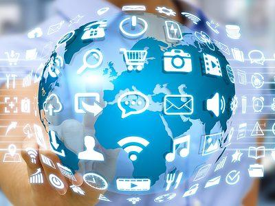 Digitalisierung: Frau mit Weltkugel und digitalen Apps