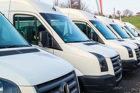 Mobilität, Kleintransporter in Reihe