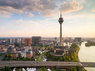 Skyline von Düsseldorf mit Rheinturm und Rheinbrücke